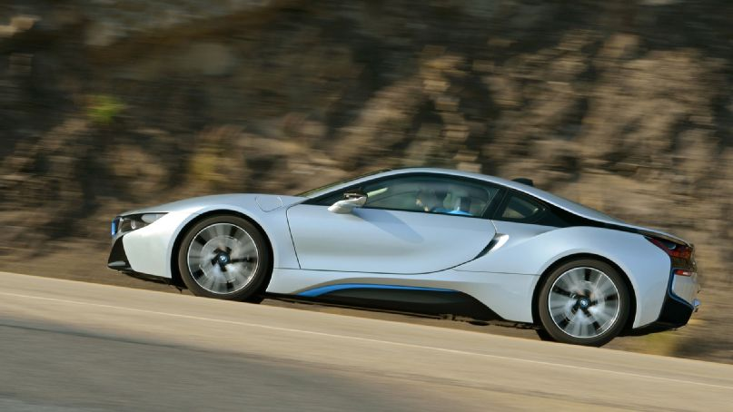 2014-bmw-i8-side-profile-in-motion-04.jpg